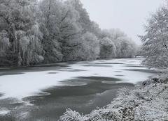 Lac partiellement gelé