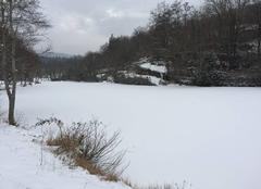 La retenue d'eau gelée avec neige