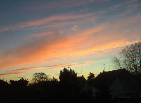 La couleur des nuages annoncent le coucher du soleil