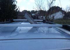 Tolle tombé du toit en le perforant