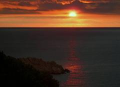 Le soleil du matin souligne l'horizon d'un pinceau orangé
