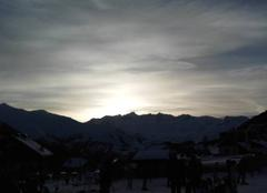 Coucher du solei derrière la montagne