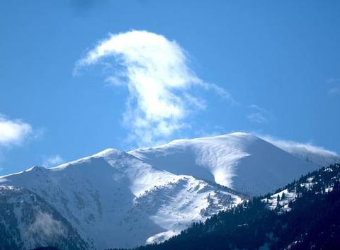 Notre montagne sacré, le Canigou, couvert de neige fraiche.