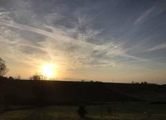 8h20 Ciel rayé et nuageux au lever du soleil, 6 degrés