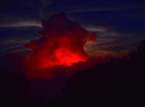 Nuage coloré par l'éruption du piton de la fournaise