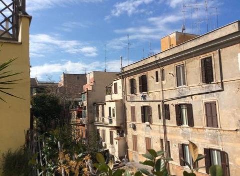Sur les toits d'une Rome sous le soleil