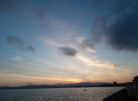 Bonsoir principalement nuageux