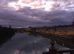 Quais d'Isère au crépuscule sous d'impressionnants nuages violets
