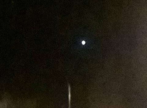 Lumière blanche dans le ciel tout les soirs.
