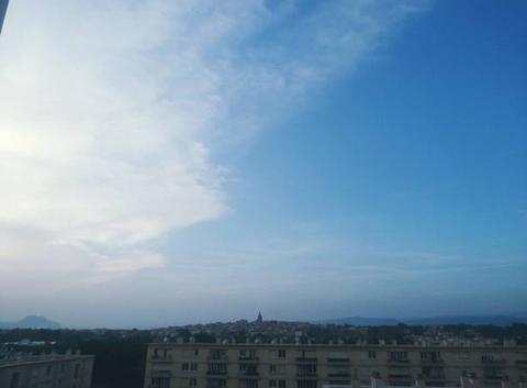 Bonsoir Ciel bleu avec quelques nuages