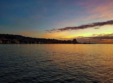 Au petit matin, tout doucement le soleil réveille Sainte Maxime