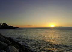 Le jour se lève sur le Golfe de St Tropez, quelques vagues, une légère brise, le soleil promet une journée agréable...