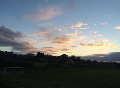 Peu avant le coucher de soleil, il est masqué par la couche nuageuse