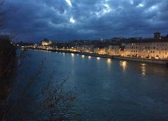 Crépuscule et ciel de giboulées sur les quais d'Isère - 18:45