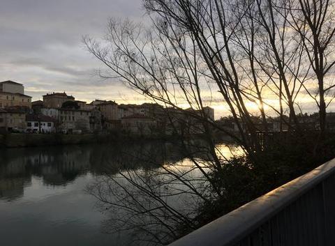 Bruine fois le coucher de soleil sur les bords d'Isère