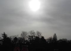 Ciel Nantes 44000 Timide soleil enfoui dans la brume
