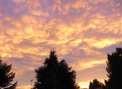 Lever de soleil illuminant les nuages