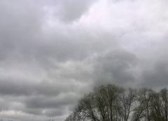 Très nuageux.
