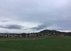 Campagne sous ciel gris après la pluie