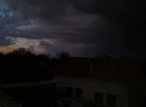 Un orage a coté du coucher du soleil a Martiel aveyron