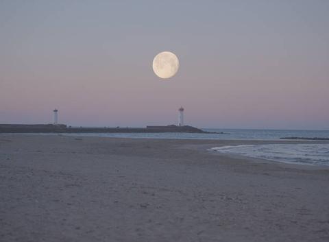 Lever de soleil sur la lune