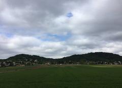 Nuages Mours-Saint-Eusebe 26540 Campagne verdoyante sous ciel gris