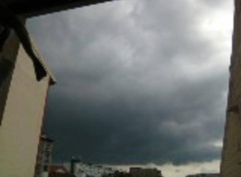 Nuages noirs orageux