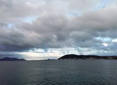 Nuages Toulon 83000 éclaircie sur la passe vers  le grand large....