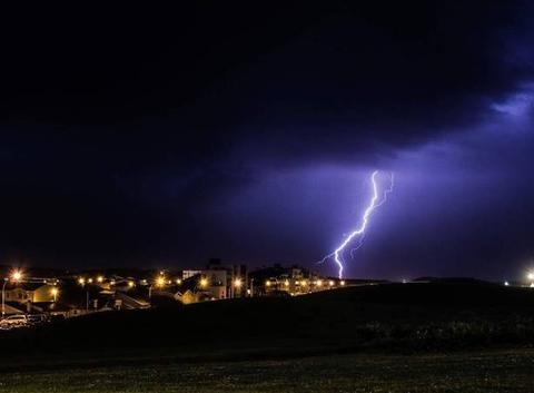 Nuit électrique sur Biscarrosse. Chris Russo