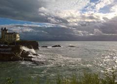 Mer Biarritz 64200 Lutte entre nuages et ciel bleu sur la ville