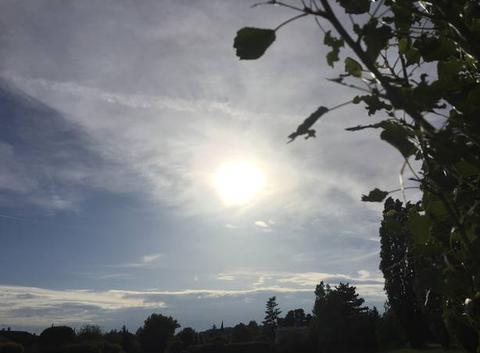 Soleil voilé en soirée