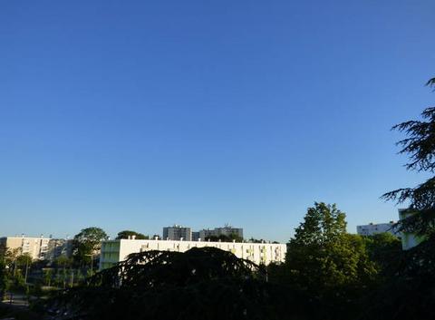 Début de journée sous un ciel bleu