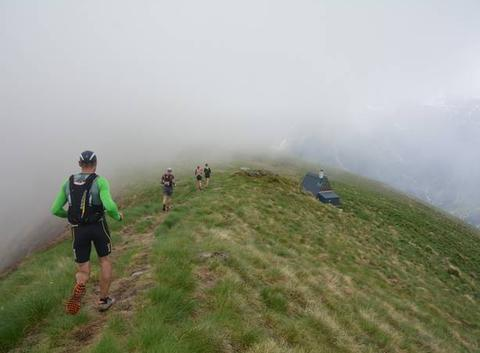 Coureurs dans la brume
