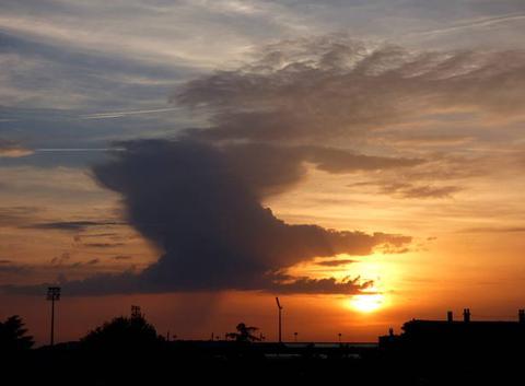 Cumulo-nimbus au coucher de soleil