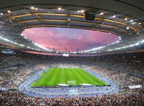 Ciel Rouge à travers le toit du Stade de France