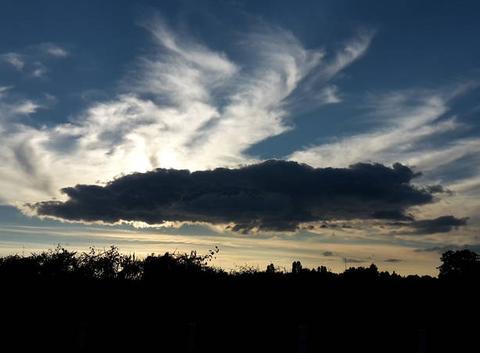 Nuage noir dans ciel bleu