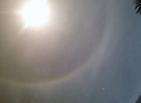 Halo arc-en-ciel autour du soleil