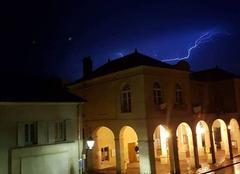 Orage La Roche-Guyon 95780 Éclair sur la mairie de La Roche Guyon