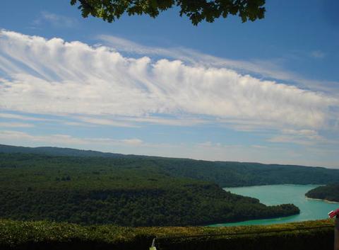 Magnifique trainée nuageuse au-dessus du lac de Vouglans