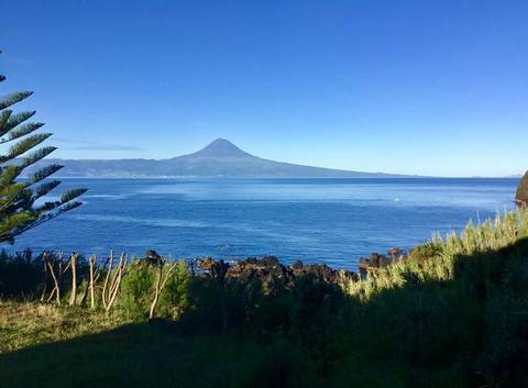 Vue sur le volcan Pico depuis Sao jorge
