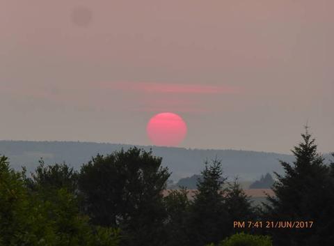 Le coucher du soleil au milieu de l'été