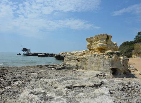Rocher et carrelet sur la plage de Suzac