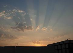 Nuages Angers 49000 Rayons solaires et ombre des nuages au Soleil couchant