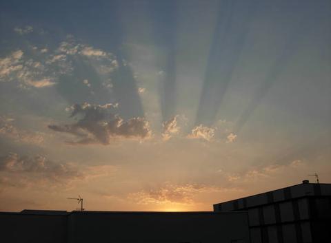 Rayons solaires et ombre des nuages au Soleil couchant