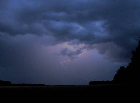 Décharge électrique sous un orage à Poigny la Forêt (78)