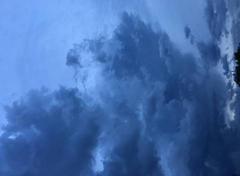 Ciel chaotique sur Lyon avant l'arrivée des orages