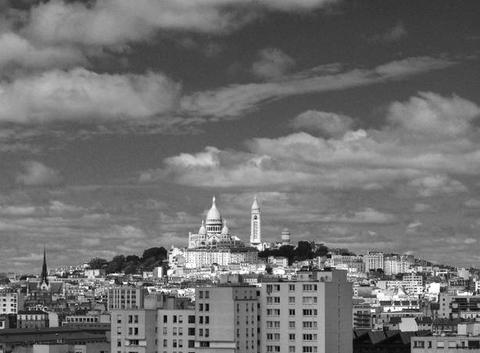Montmartre sous le soleil du milieu de la matinée