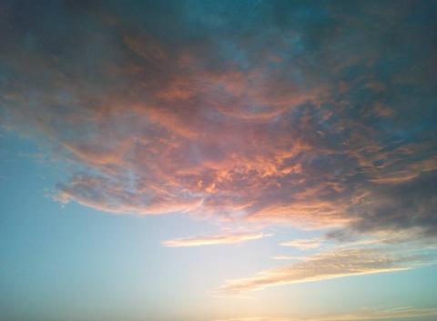 Nuage sombre avec le coucher de soleil