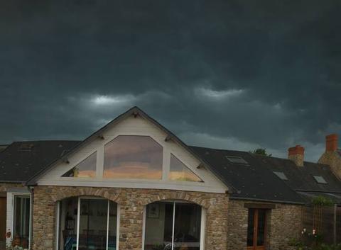Arrivée de l'ourlet d'une calotte brune de nuages orageux