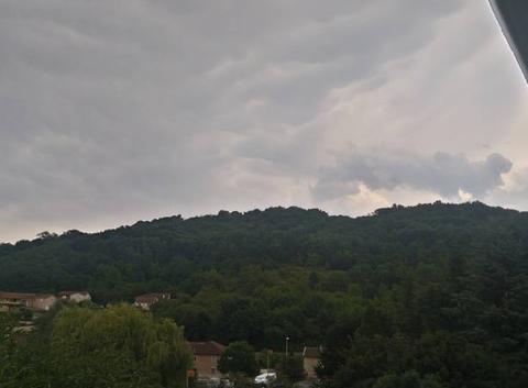 Nuageux avant l'arrivée des orages.